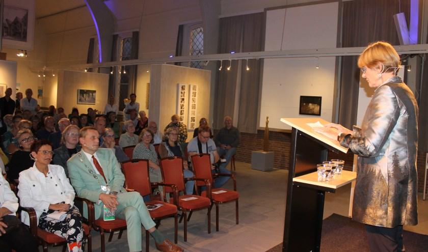 Loes Tieman, voorzitster Stichting Art Aalten, heette burgemeester Anton Stapelkamp en plaatsvervangend Burgemeisterin Elisabeht Kroesen welkom tijdens de opening van SeptemberKunst 2019.