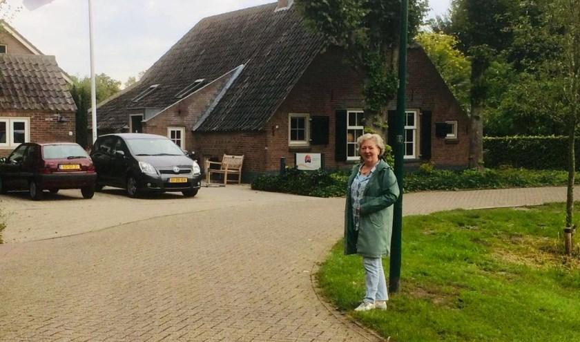 Gitte Niessen staat hier in de straat waar de hardlopers en wandelaars zaterdag over de finish zullen komen. Op de achtergrond is de hospice Berkenstein zichtbaar. (Foto: Sanne Westerterp)
