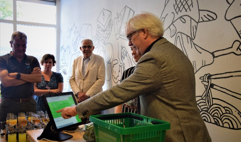 Wethouder Bert van Alphen opent de eerste Verswinkel van Voedselbank Haaglanden aan de Zoutkeetsingel.