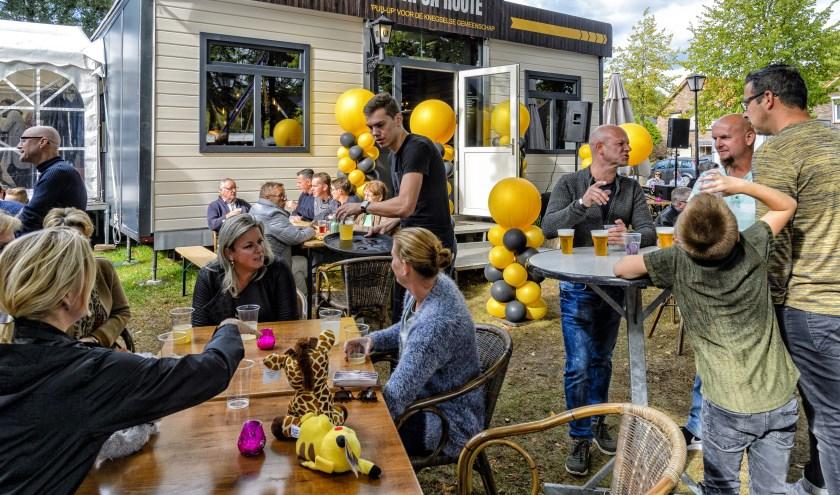 Bezoekers vermaken zich bij Café Klein Antwerpen. (Foto: Ton van de Vorst).
