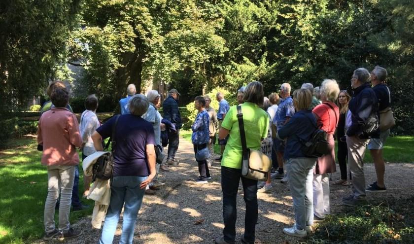 Deelnemers tijdens de bomenwandeling op Open Monumentendag in Tiel