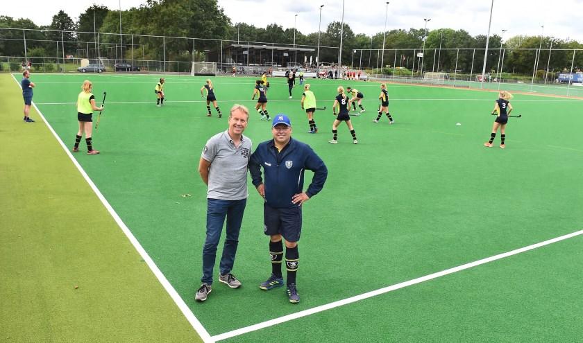 Frodo Jansen (links) en Martijn Beumer van Hockey Club Doetinchem. (foto: Roel Kleinpenning)
