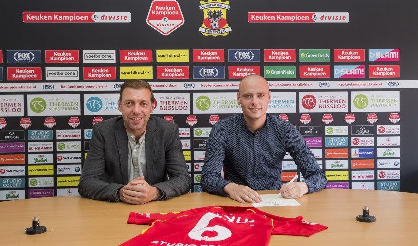 Middenvelder Elmo Lieftink (rechts) tekent onder toeziend oog van technisch manager Paul Bosvelt (links) zijn contract bij Go Ahead Eagles. (Foto: Erik Pasman)