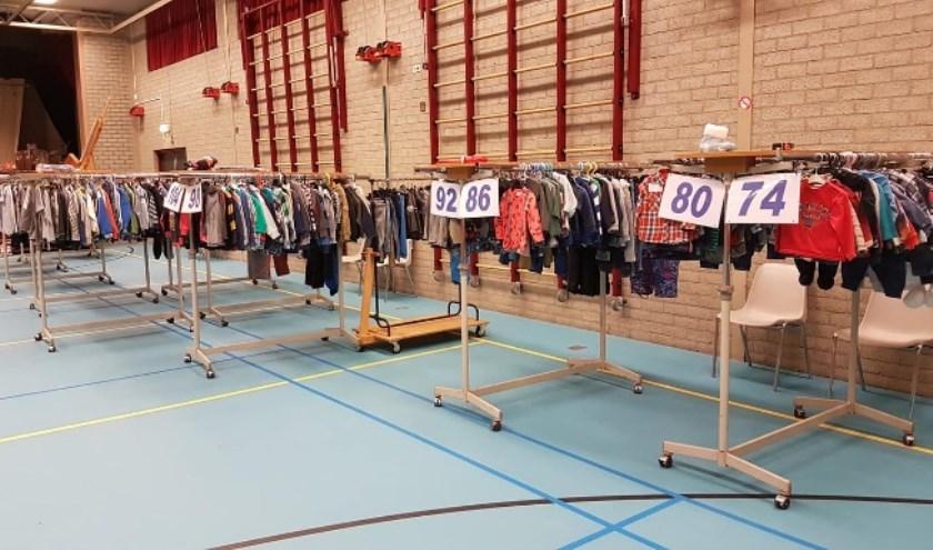 De beurs biedt een divers aanbod aan kleding en andere spullen.