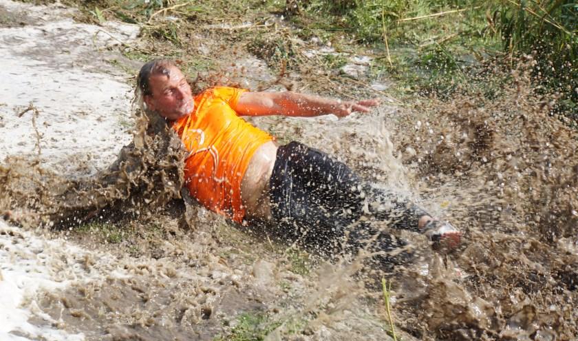 Bij de helling was er geen ontkomen meer aan. Met een vliegende vaart eindigde de glijpartij in een modderbad (Foto Janna Spek).