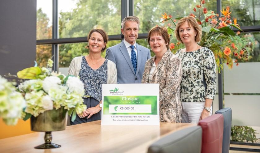 Miriam Leussink en Pedro Swier van Vredehof en Gerda Kievitsbosch en Agnes van Berkum van de Netwerken Palliatieve Zorg Twente (vlnr).