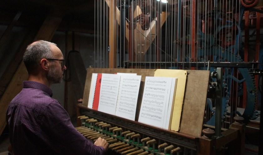 De vaste beiaardier van Woerden Henk Verhoef viert tijdens het Carillonfestijn op 7 september zijn 25-jarig jubileum.