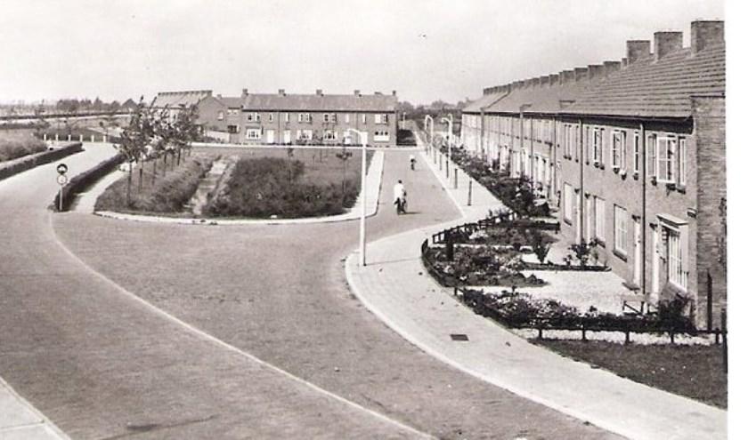 Gezicht vanaf de snelweg op de Jan Campert- en Dr. Boutensstraat met de Finse woningen in de jaren vijftig (Bron: http://fotos.serc.nl).