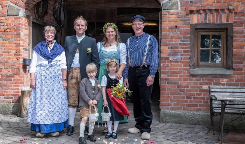 Markus Müller en Birgit Taxböck uit Oostenrijk trouwden in de dierentuin. Prachtige locatie, vinden ook hun kinderen Noah (5) en Lilith (6). Hinnerk en Lisbeth waren de getuigen. (foto: Franz Frieling)
