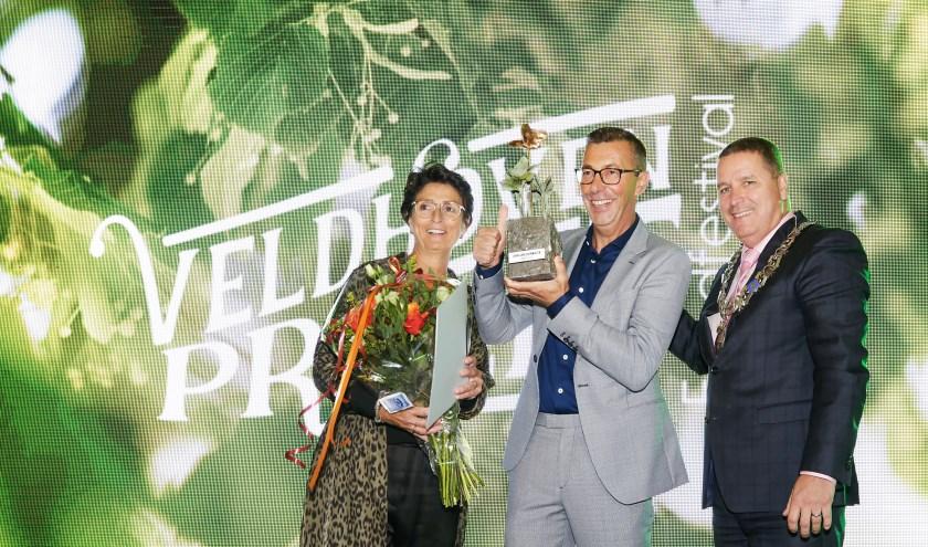 V.l.n.r. Rianne en John van Doormalen met burgemeester Marcel Delhez tijdens de uitreiking van de Veldhovens Ondernemerstrofee. FOTO: Jurgen van Hoof)