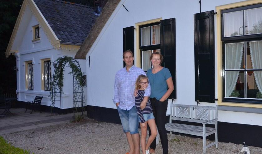 Onno Muchall en Renate Cevaal met hun oudste dochter Isabelle voor de boerderij. FOTO: Ben Blom