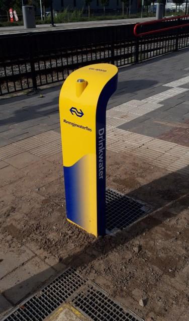 Op het station van Zevenaar staat nu ook een drinkwatertappunt. (foto: Danny van der Kracht)
