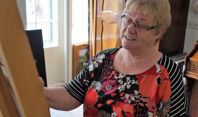 """Lenie van Leeuwen heeft vele hobby,s, een ervan is schilderen. """"Fijn om jezelf weer even helemaal op te laden."""""""