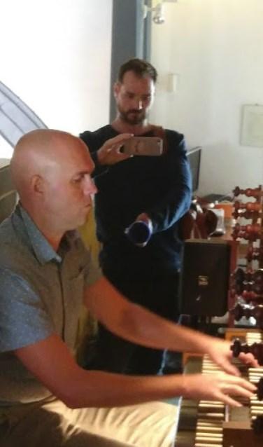 Harmen van Es improviseert op het orgel, terwijl Roy Heerkens alles opneemt.