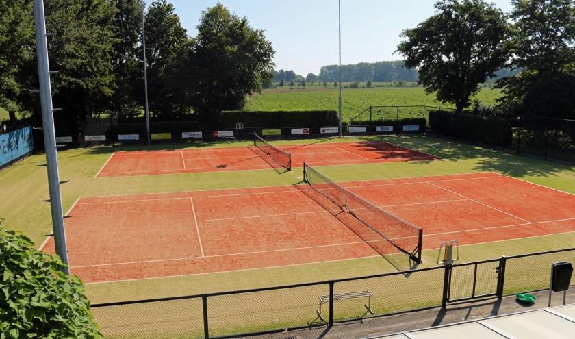 Twee van de vier vernieuwde tennisbanen van TV Vierlingsbeek.