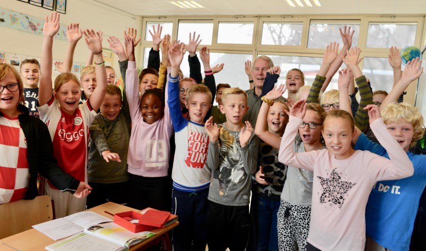 Directeur Jeroen Veldhuijzen temidden van de leerlingen op zijn geliefde school de Lingelaar. Hij hoopt de kinderen veel kennis mee te geven voor hun verdere leven.