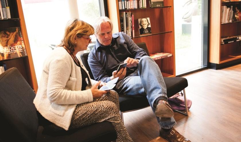 Mensen met elkaar in gesprek in de bibliotheek. Foto: Bibliotheek Angstel, Vecht en Venen