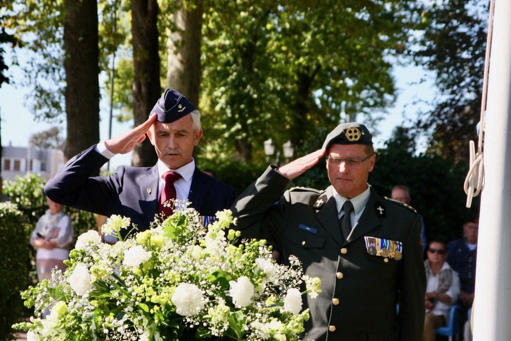 Gerard Boink, voorzitter veteranencomité Oost Gelre, en krijgsmachtpredikant Ko Sent salueren nadat ze een krans hebben gelegd. Foto: Eveline Zuurbier  Foto:  © DPG Media