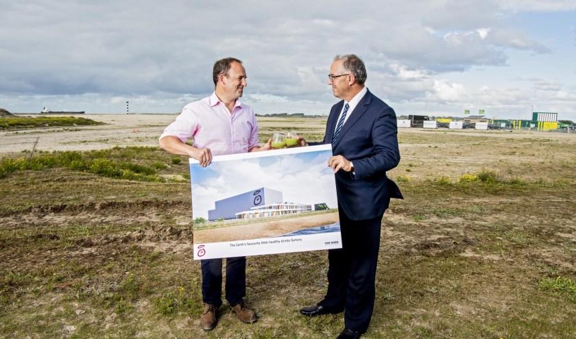 Burgemeester Aboutaleb en innocent CEO Douglas Lamont bij de 'opening' van de nog te bouwen smoothiefabriek.