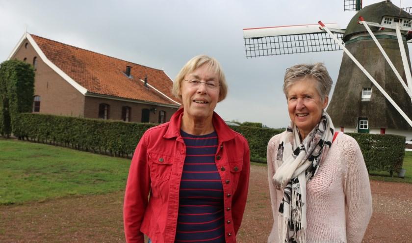 Anneke Lefers (links) en Wilma Draaijer bij de Warkense molen. Links het zaaltje. (Foto: Arjen Dieperink)