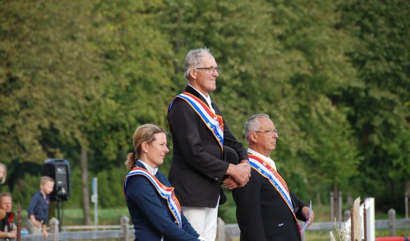 v.l.n.r. De Nederlandse kampioenen Linda Roes, Jan Lutke Willink en Bernhard Walter luisteren aandachtig naar het volkslied,dat voor hen wordt gespeeld.