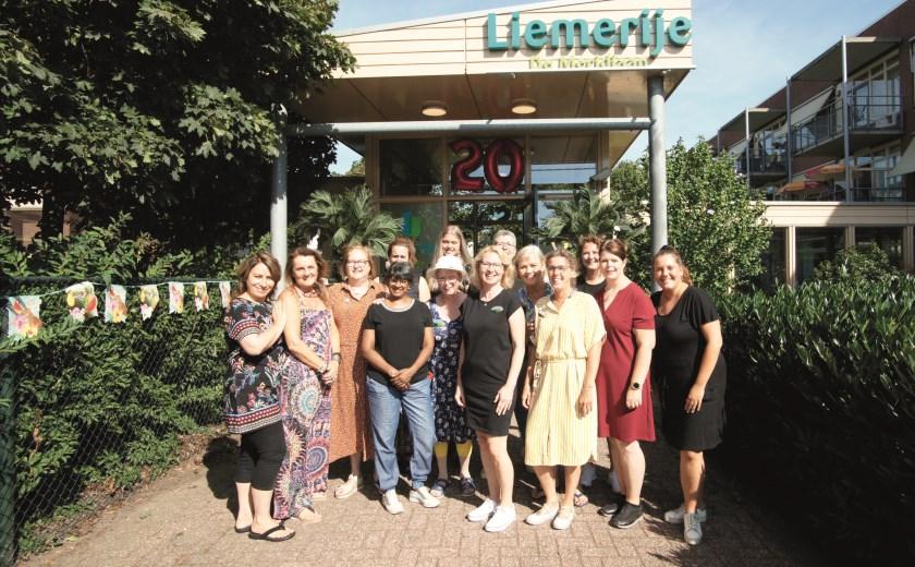 Medewerkers van De Meridiaan afgelopen zaterdag voor de ingang van het woon-zorgcomplex voor dementerenden aan Het Geerken.