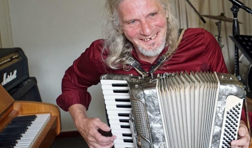 Chris met zijn populaire accordeon ( foto Jan Woldberg)