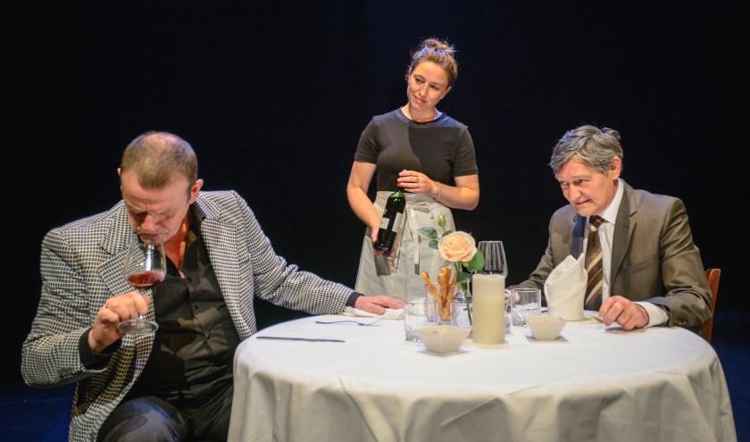 Pierre Bokma (rechts), Kees Prins en Randy Fokke in 'Een man een man', vrijdag 4 oktober in het Wilminktheater. (foto: Willem Prins Photography)