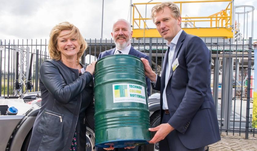 Eerste liters biodiesel werden feestelijk ontvangen door president directeur Marjan van Loon (Shell) en onderwijsbestuurder Philippe Raets (Zadkine), algemeen directeur Ivo van Vliet (Engie)