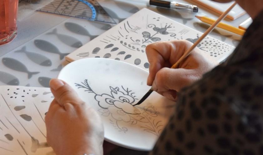 Sinds kort kan iedereen in Valkenswaard leren hoe Delfts blauw schilderen precies moet.
