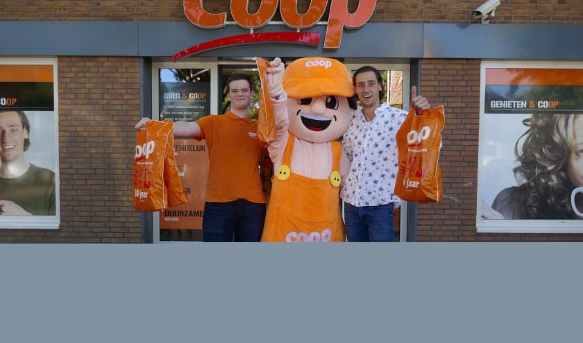 Bart Bremmer (rechts) en een Coop-teamlid met de ontbijtpakketten. Foto: Coop