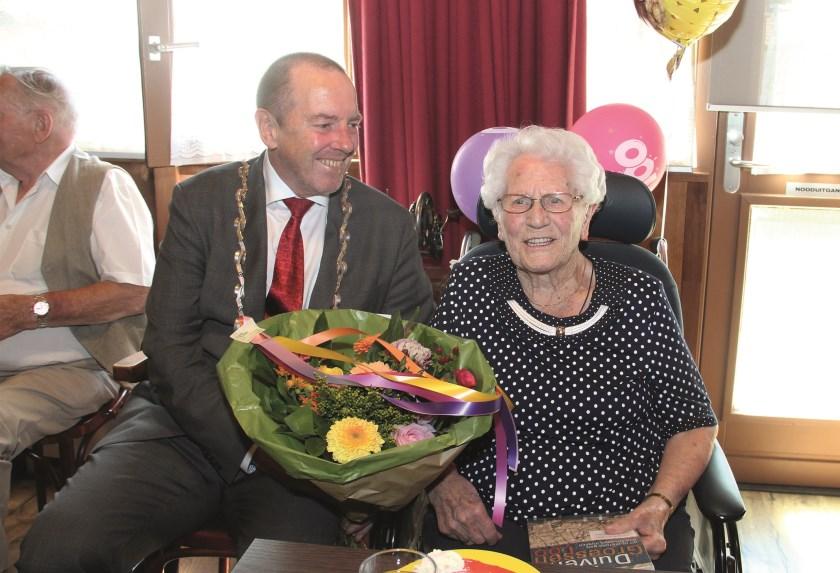 Je zou het Agnes Dellepoort niet geven, maar ze is het wel: 100 jaar. Naast haar burgemeester Rik de Lange.