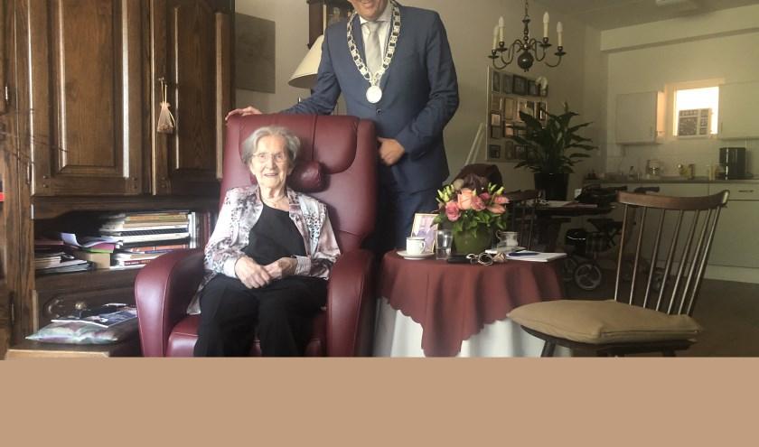 Thera Voordouw-Van Angelen is nog bij de pinken op haar honderdste verjaardag. FOTO: Lydia van der Meer