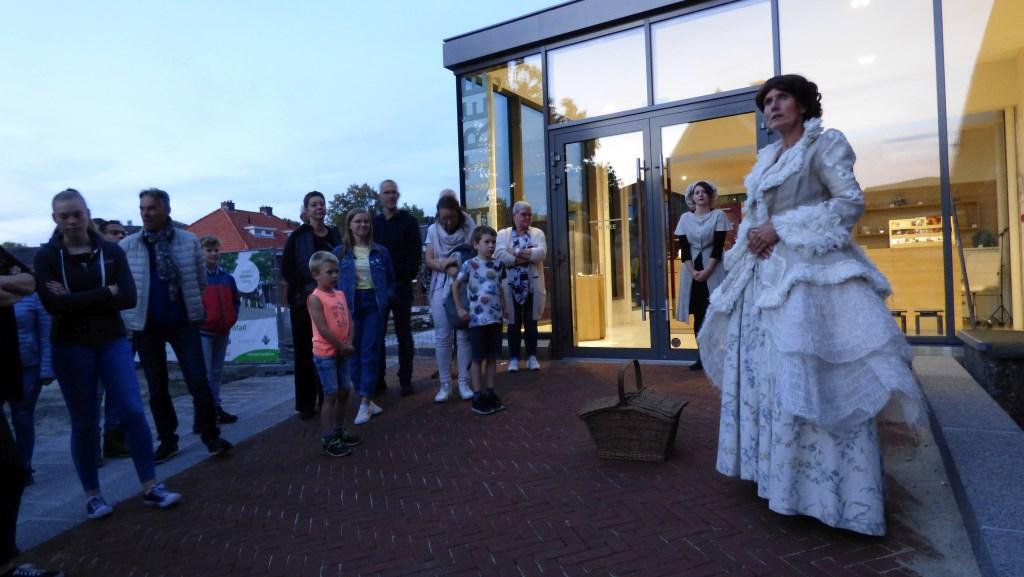 Van harte welkom bij Oldenzaal bij Kaarslicht, de stadswandeling die in de schemer startte. Foto:  © DPG Media