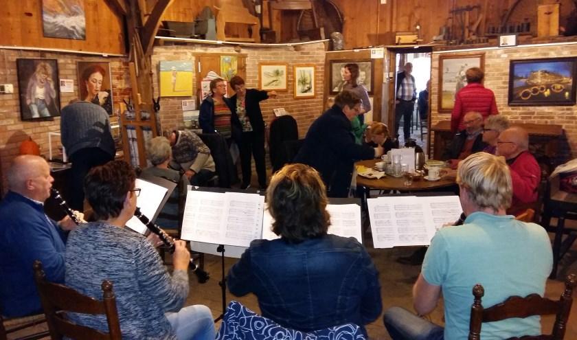 Een combo van de Vriezenveense Harmonie zorgt op de donderdag- en zaterdagmiddag voor de muzikale omlijsting.