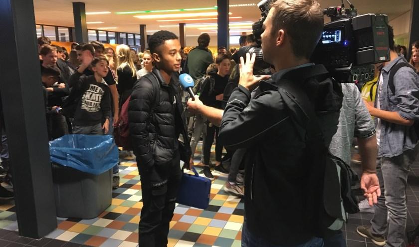 Een cameraploeg van Hart van Nederland is op het Kalsbeek College om de leerlingen te vragen naar de aanslagen op 9/11.