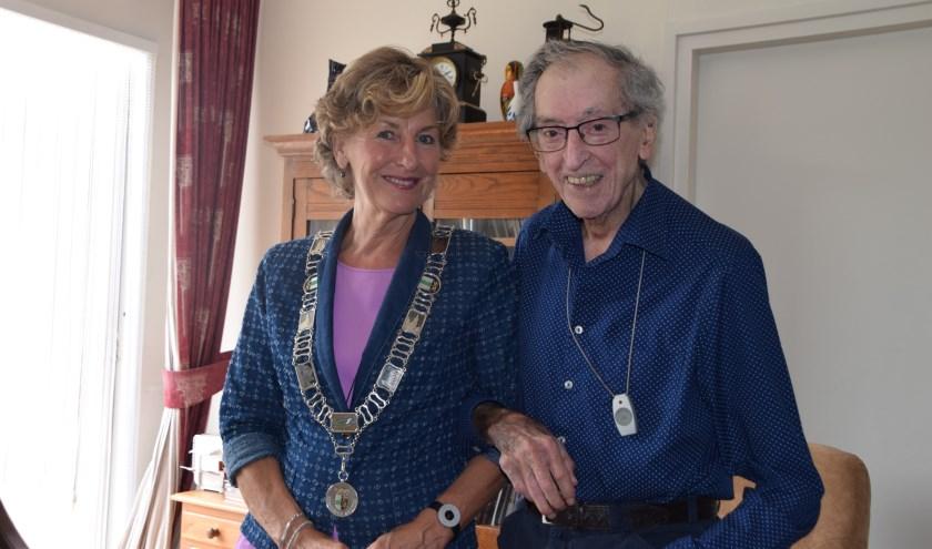 Burgemeester Corry van Rhee-Oud Ammerveld samen met Leo Kalberg.