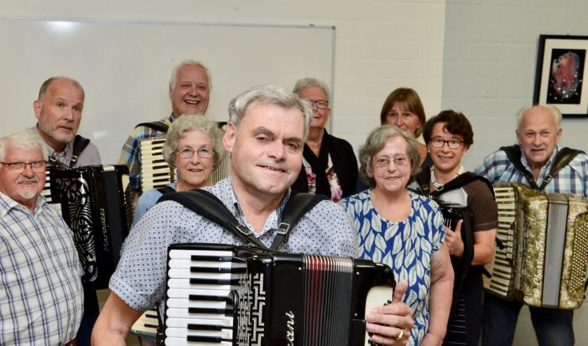 Wim van Driel op de voorgrond wordt toegezongen door de overige Charmeuse leden tijdens zijn jubileumavond.