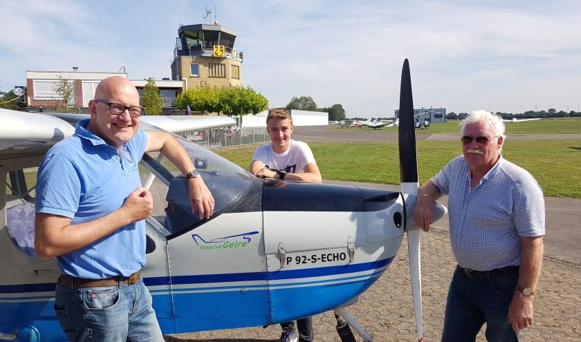Jeroen Bluemink (l), Chiel Stemerdink en Jan Rietman op het vliegveld in Stadtlohn bij het toestel van Vliegclub Gelre.