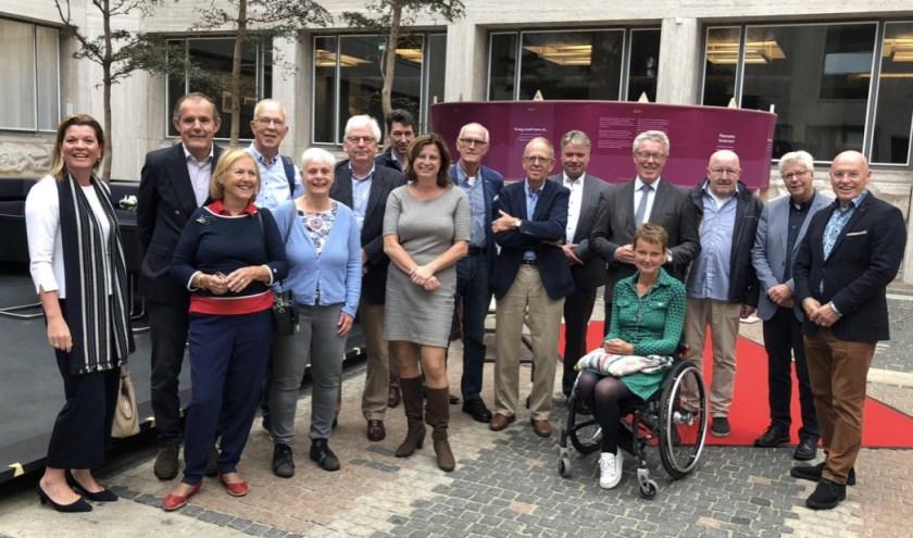 De groep VVD'ers te midden van provinciebestuurders Christianne van der Wal (l.) en Jan Markink (vierde v.r.) (Foto: VVD NUnspeet)