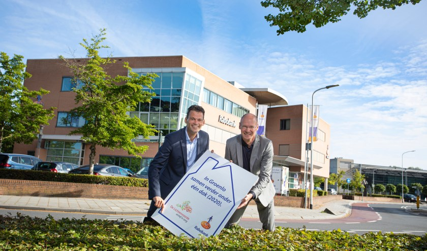 Hans van de Guchte, directievoorzitter van Rabobank Noord- en Oost-Achterhoek en Hans Poortier, bestuurder van De Lichtenvoorde voor hun pand.
