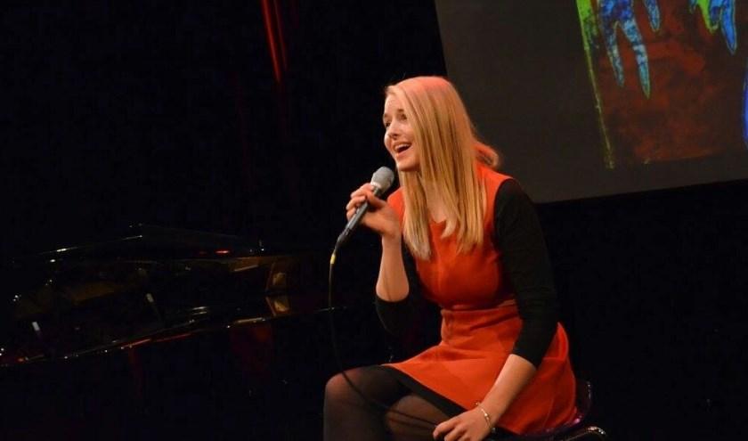 In de Stadskelder treft het publiek nog een talent aan. De zangeres Fleur van Tienen begeleidt zichzelf op piano.