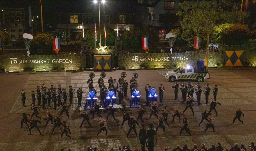 Douane Harmonie tijdens Airborne Taptoe Oosterbeek. (foto: Wouter Rijnbende)