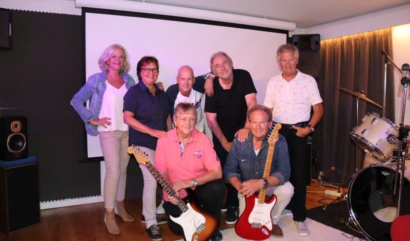 The Ceder Stars en Friends met vooraan Henk (l) en Ad. Boven vlnr: Jony de Boer, Diana Huisman, Willy Dona, Tony Bodar en Ferry Sluiter.