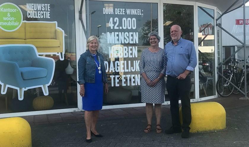 Waarnemend burgermeester Janneke Snijder-Hazelhof (l.) met Dit en Bo Teerling.