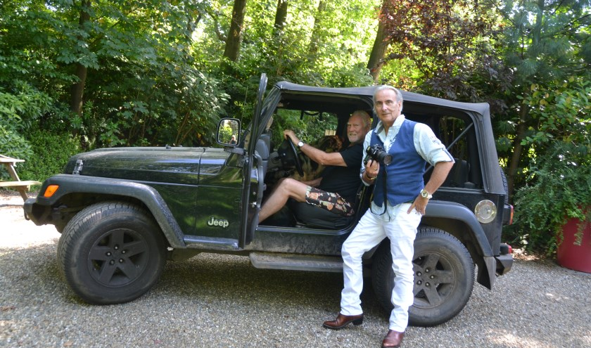 Na het interview met Cesar maakte fotografe Els de Wit nog een foto van Cesar en Martin bij de stoere Jeep van Cesar.