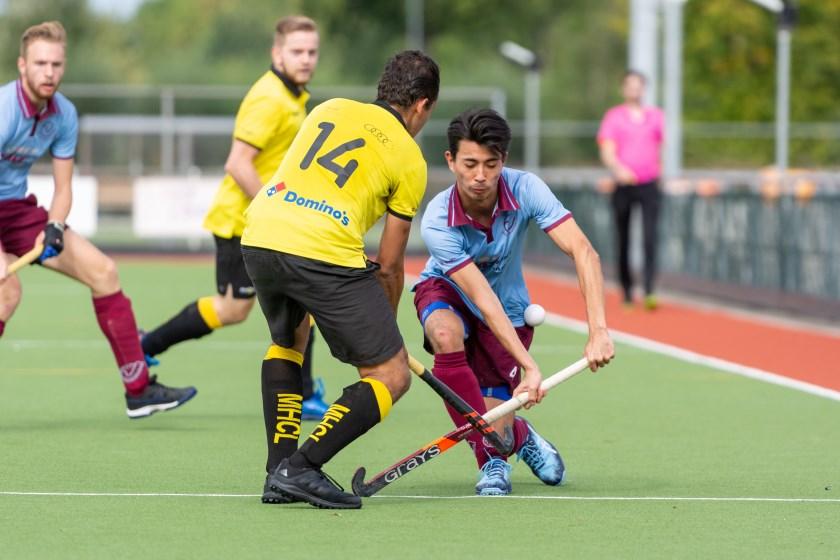 Eerste wedstrijd in de tweede klasse. David van der Kuijck (4) probeert een speler van Leeuwarden te passeren.