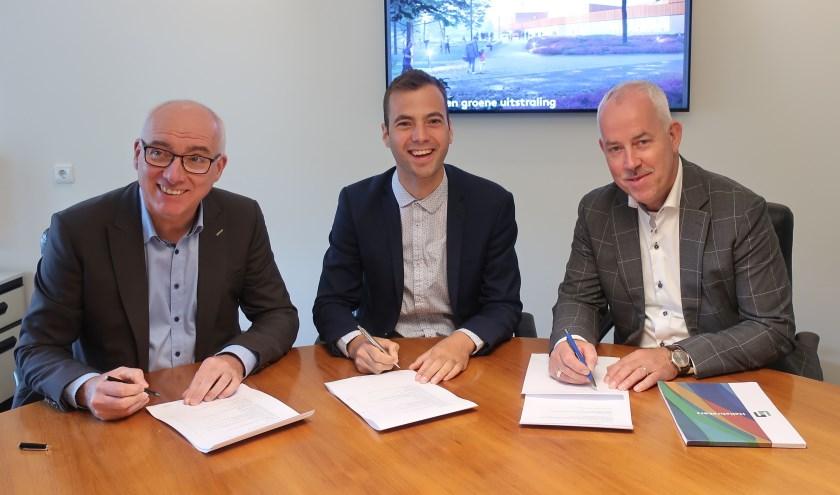 V.l.n.r.: H. Moors (Bouwbedrijf Vaessen), wethouder Mark van de Bunte en E. Vlijm (Hellebrekers).(Foto: gemeente Nunspeet)
