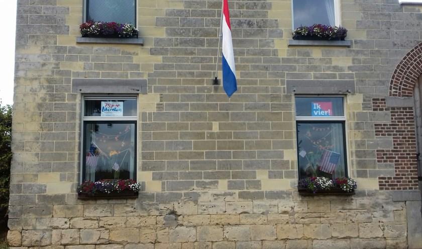 Dankbaar huis met een vlag in t Rooth