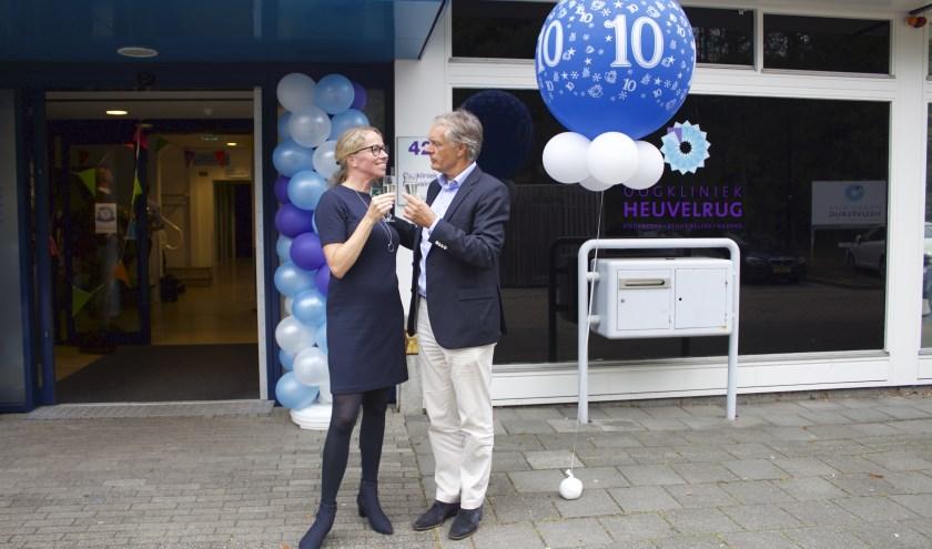 Algemeen directeur Nicole Scherer en medisch directeur Nico Trap proosten op het 10-jarig bestaan van Oogkliniek Heuvelrug